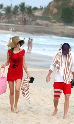"""28.mai.2013 - A atriz Heather Graham e ator Ken Jeong curtiram a praia em Ipanema, zona sul do Rio. Eles estão no Brasil para divulgar o filme """"Se Beber Não Case 3"""""""