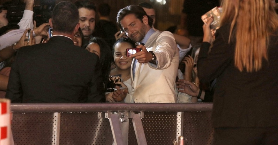 """28.mai.2013 - Bradley Cooper tira fotos com fãs na pré-estreia da terceira parte de """"Se Beber, não Case"""", realizada no Cine Odeon, no Rio"""