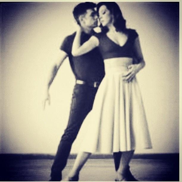 28.mai.2013 - Claudia Raia dança com o namorado Jarbas Homem de Mello e divulga imagem na internet.