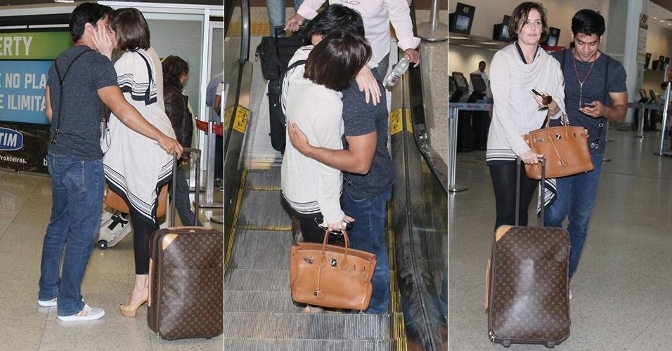 28.mai.2013 - No aeroporto, Deborah Secco troca carícias e beijos com o namorado antes de embarcar