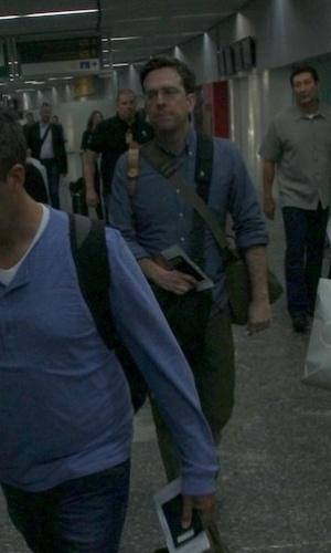 """28.mai.2013 - Ed Helms desembarca no aeroporto internacional do Rio de Janeiro. O ator veio ao Brasil divulgar o filme """"Se Beber, Não Case Parte 3"""", que estreia dia 30 de maio"""