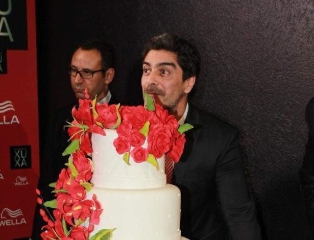 28.mai.2013 - Junno chega com o bolo surpresa para a apresentadora Xuxa