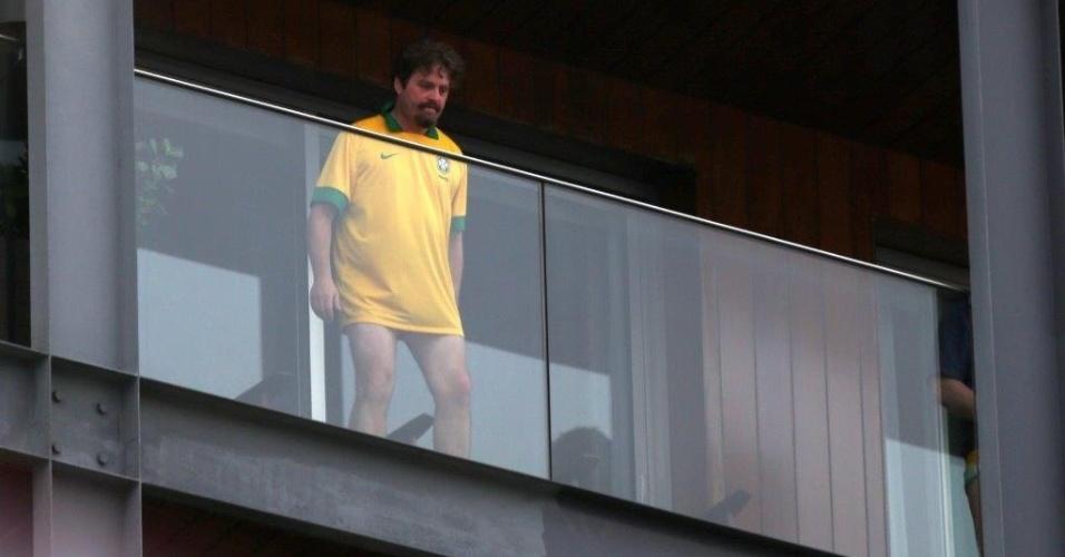 """28.mai.2013 - O ator Zach Galifianakis apareceu na sacada do hotel vestindo uma camisa da seleção brasileira. Ele está no Brasil para divulgar o filme """"Se Beber, Não Case Parte 3"""""""