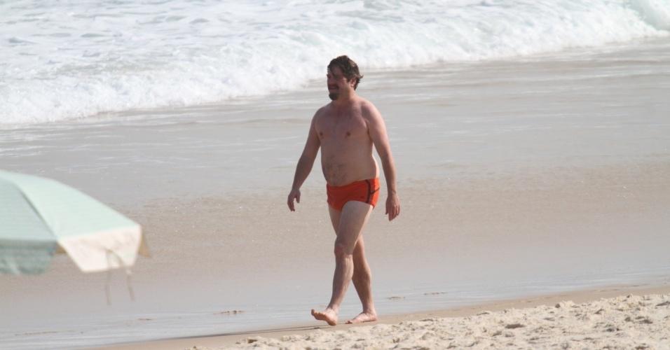 """28.mai.2013 - O ator Zach Galifianakis (de sunga vermelha) curtiu praia em Ipanema. zona sul do Rio. Ele está no Brasil para divulgar o filme """"Se Beber, Não Case Parte 3"""""""