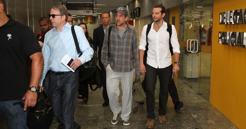 """28.mai.2013 - O diretor Todd Phillips e o ator Bradley Cooper desembarcam no aeroporto internacional do Rio de Janeiro. Eles estão no Brasil para divulgar o filme """"Se Beber, Não Case Parte 3"""", que estreia dia 30 de maio. Esse é o último longa da comédia besteirol"""