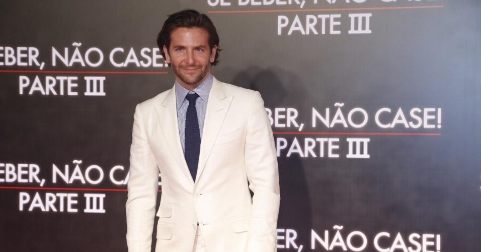 """28.mai.2013 - O galã Bradley Cooper, o Phil de """"Se Beber, não Case"""", posa do tapete vermelho da pré-estreia da terceira parte do filme, realizada no Cine Odeon, no Rio"""