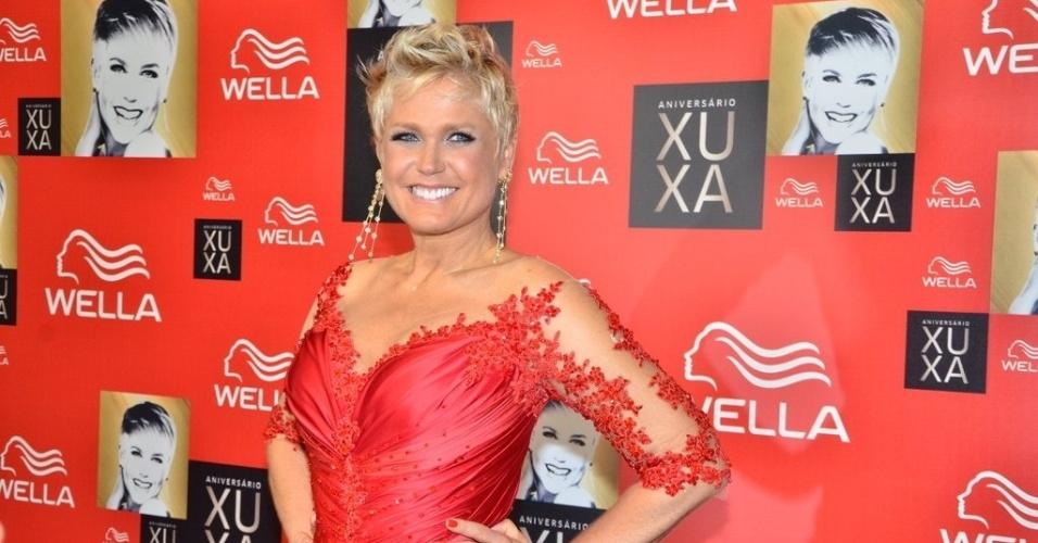 28.mai.2013 - Por volta das 22h, Xuxa chegou sorridente e muito elegante no vestido vermelho assinado pelo estilista Samuel Cirnansck