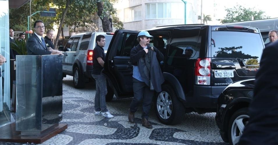 """28.mai.2013 - Zach Galifianakis chega ao hotel Fasano em Ipanema, no Rio de Janeiro. O ator veio ao Brasil divulgar o filme """"Se Beber, Não Case Parte 3"""", que estreia dia 30 de maio"""