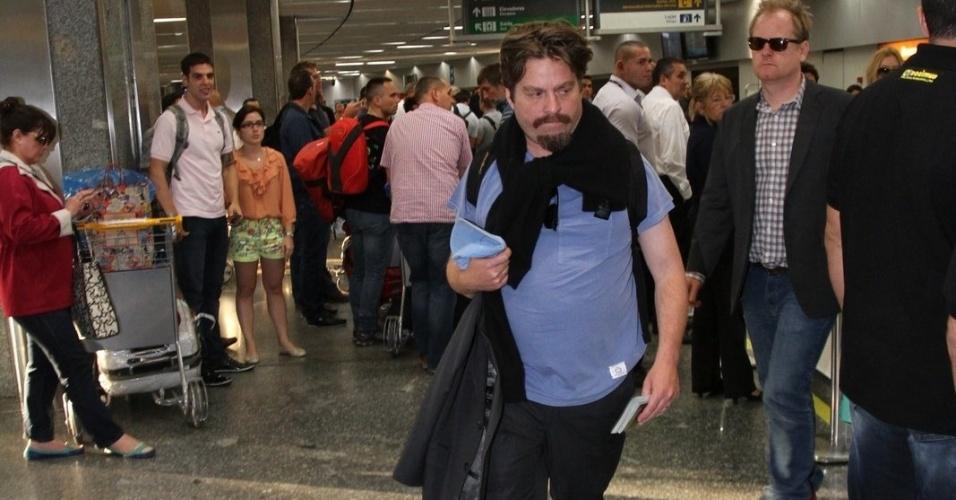 """28.mai.2013 - Zach Galifianakis desembarca no aeroporto internacional do Rio de Janeiro. O ator veio ao Brasil divulgar o filme """"Se Beber, Não Case Parte 3"""", que estreia dia 30 de maio"""