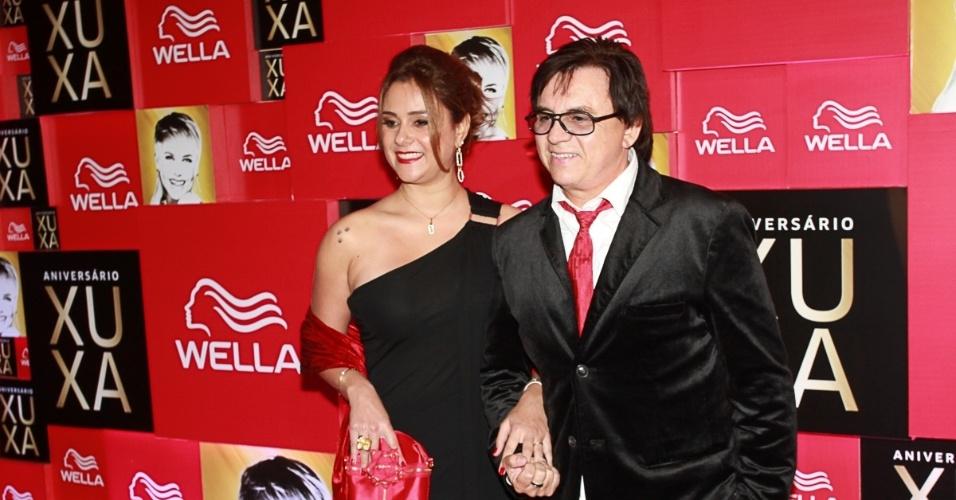 28.mai.2013- Acompanhado da mulher, Márcia, Chitãozinho estava louco para ver os musicais da festa de 50 anos de Xuxa