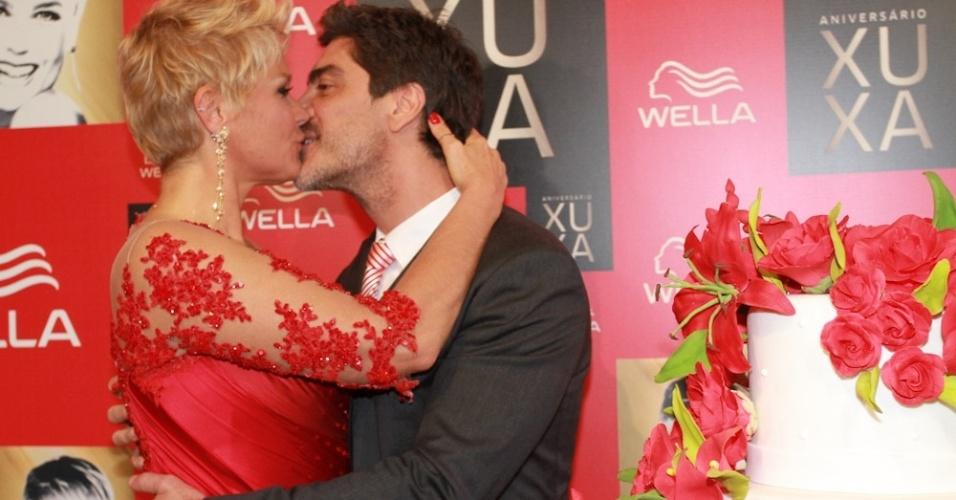 28.mai.2013- Xuxa dá beijo apaixonado no namorado Junno