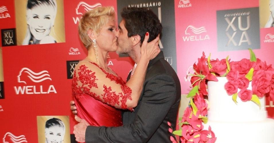 28.mai.2013 - Emocionada com a surpresa do namorado, Xuxa beija Junno na frente dos fotógrafos