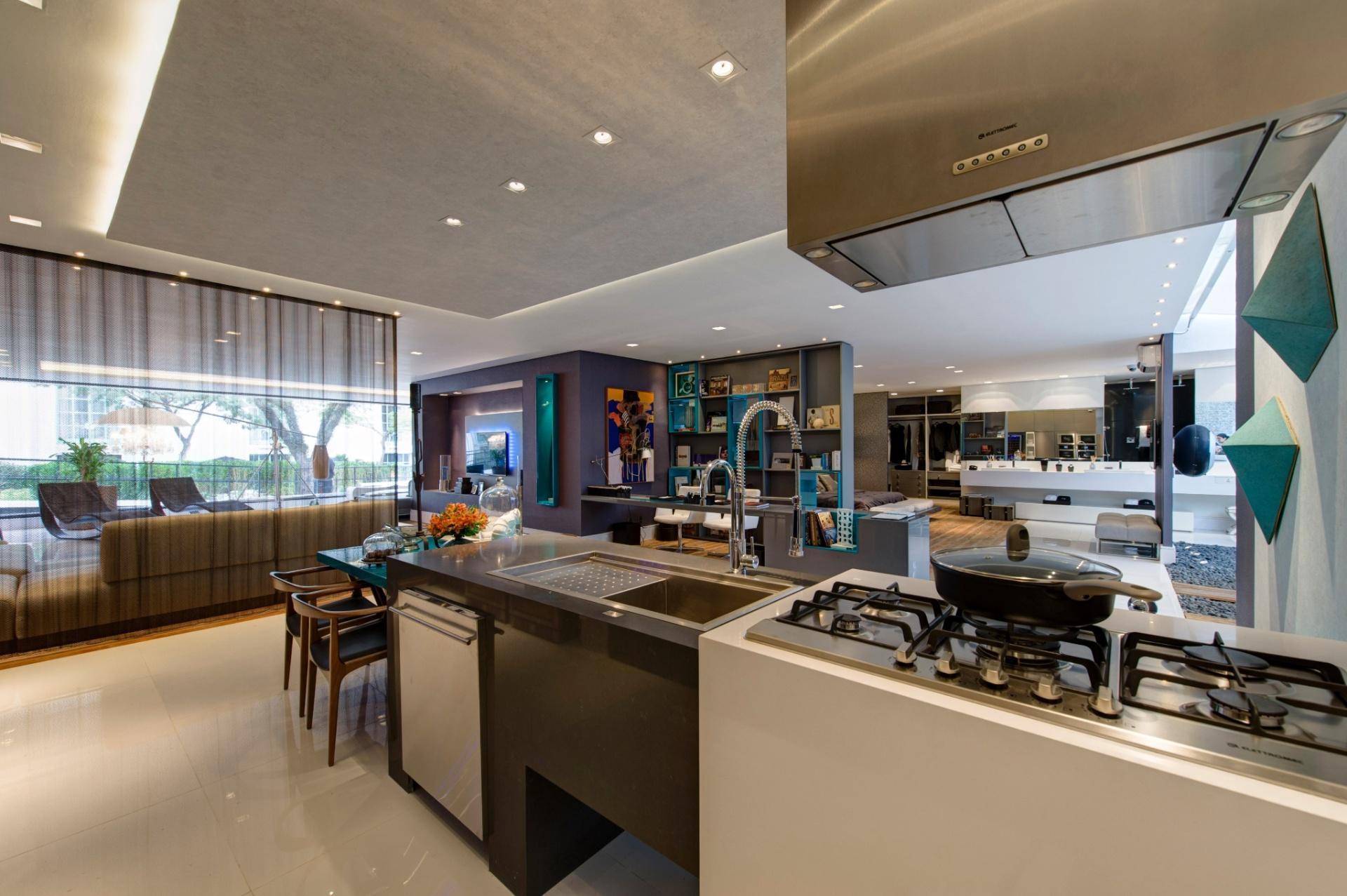 A Casa Inteligente, de 300 m², foi criada por Jóia Bergamo. Da cozinha integrada, é possível visualizar a cor turquesa aplicada em objetos pontuais. A 27ª Casa Cor SP segue até dia 21 de julho de 2013, no Jockey Club de São Paulo