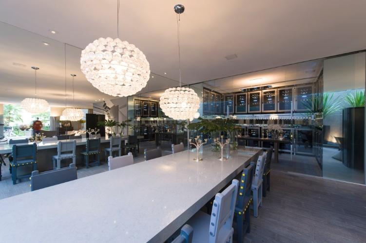 A profissional Brunete Fraccaroli desenvolveu o espaço Mil Tons de Cinza, de 220 m². A 27ª Casa Cor SP segue até dia 21 de julho de 2013, no Jockey Club de São Paulo