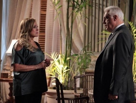 """Em """"Amor à Vida"""", Aline prepara lanche para César, que deixa Pilar jantando sozinha"""