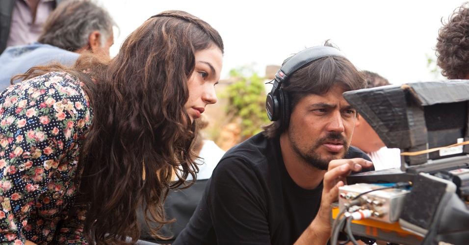 Ísis Valverde e o diretor René Sampaio durante as filmagens do longa