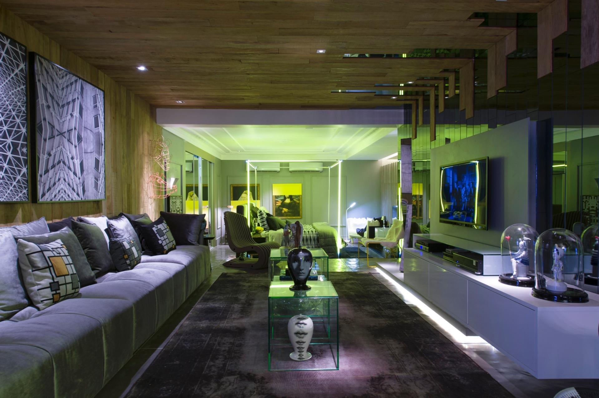 O arquiteto Léo Shehtman projetou o Loft One. No estar, os tons de cinza estão nos tecidos do mobiliário e tapetes combinados à madeira e aos espelhos fumês dos revestimentos (teto e paredes). A 27ª Casa Cor SP segue até dia 21 de julho de 2013, no Jockey Club de São Paulo