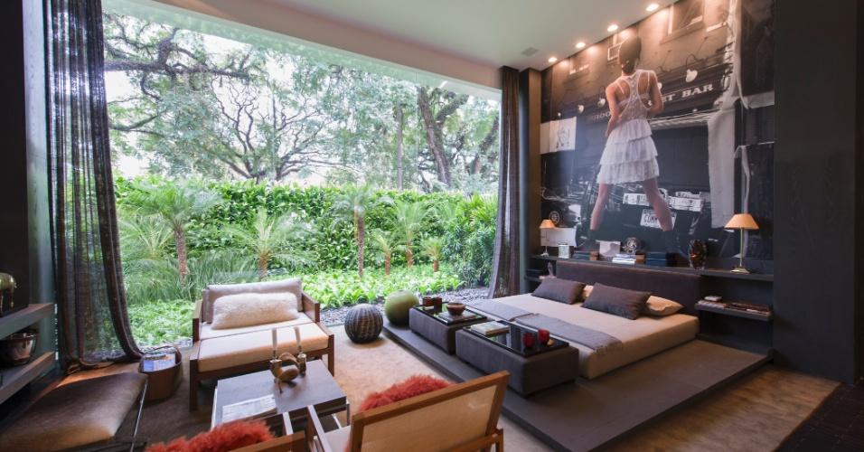 O Espaço para um Homem Moderno é de autoria da arquiteta Ana Maria Vieira Santos. Em destaque, o quarto com fachada envidraçad e vista para a Avenida Lineu de Paula Machado. A 27ª Casa Cor SP segue até dia 21 de julho de 2013, no Jockey Club de São Paulo