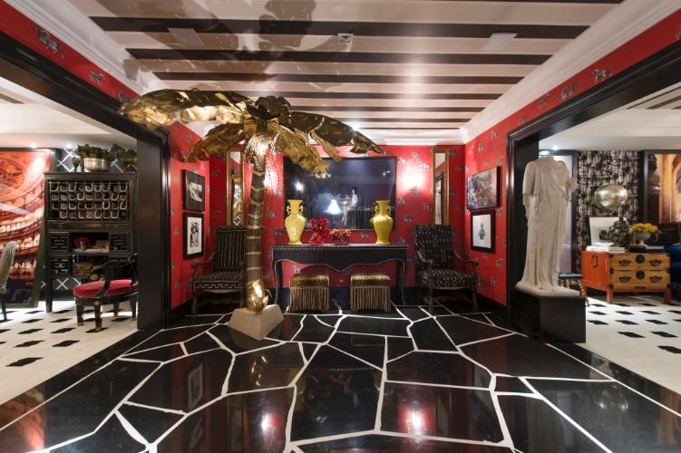 Para a mostra, Murilo Lomas projetou o estúdio London Pied-à-terre. O piso central é desenhado em mármore preto recortado que se alinha às paredes vermelhas, estampadas por pequenas zebrinhas. A 27ª Casa Cor SP segue até dia 21 de julho de 2013, no Jockey Club de São Paulo