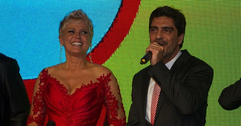 28.mai.2013- Xuxa com o namorado Junno na festa de 50 anos da apresentadora, em São Paulo