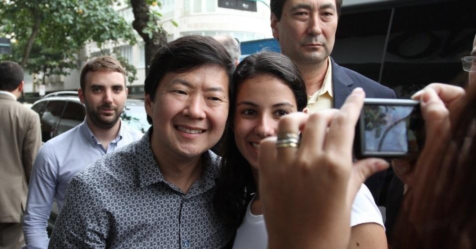 29.mai.2013 - Após coletiva realizado no Morro da Urca, Ken Jeong retornou ao hotel onde está hospedado na zona sul do Rio. Simpático, o ator distribuiu autógrafos e posou para fotos com fãs que estavam no local