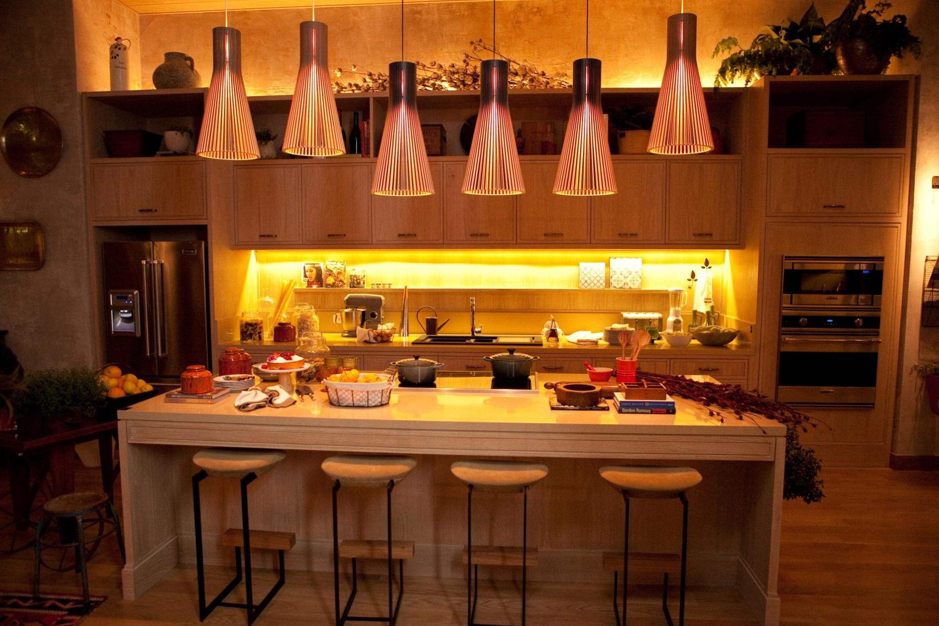 A designer de interiores Marina Linhares projeta a única cozinha da mostra, de 83 m². Os grandes armários em madeira clara emolduram e dão um ar rústico ao ambiente. A 27ª Casa Cor SP segue até dia 21 de julho de 2013, no Jockey Club de São Paulo
