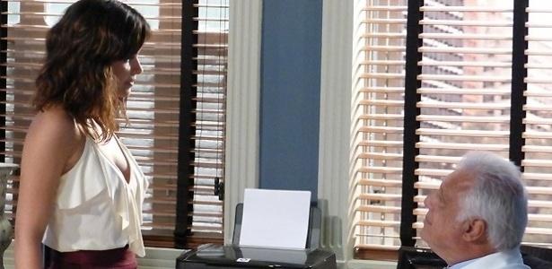 Nova secretária do hospital, Aline (Vanessa Giácomo) desperta o interesse de Plínio (Antônio Fagundes) em