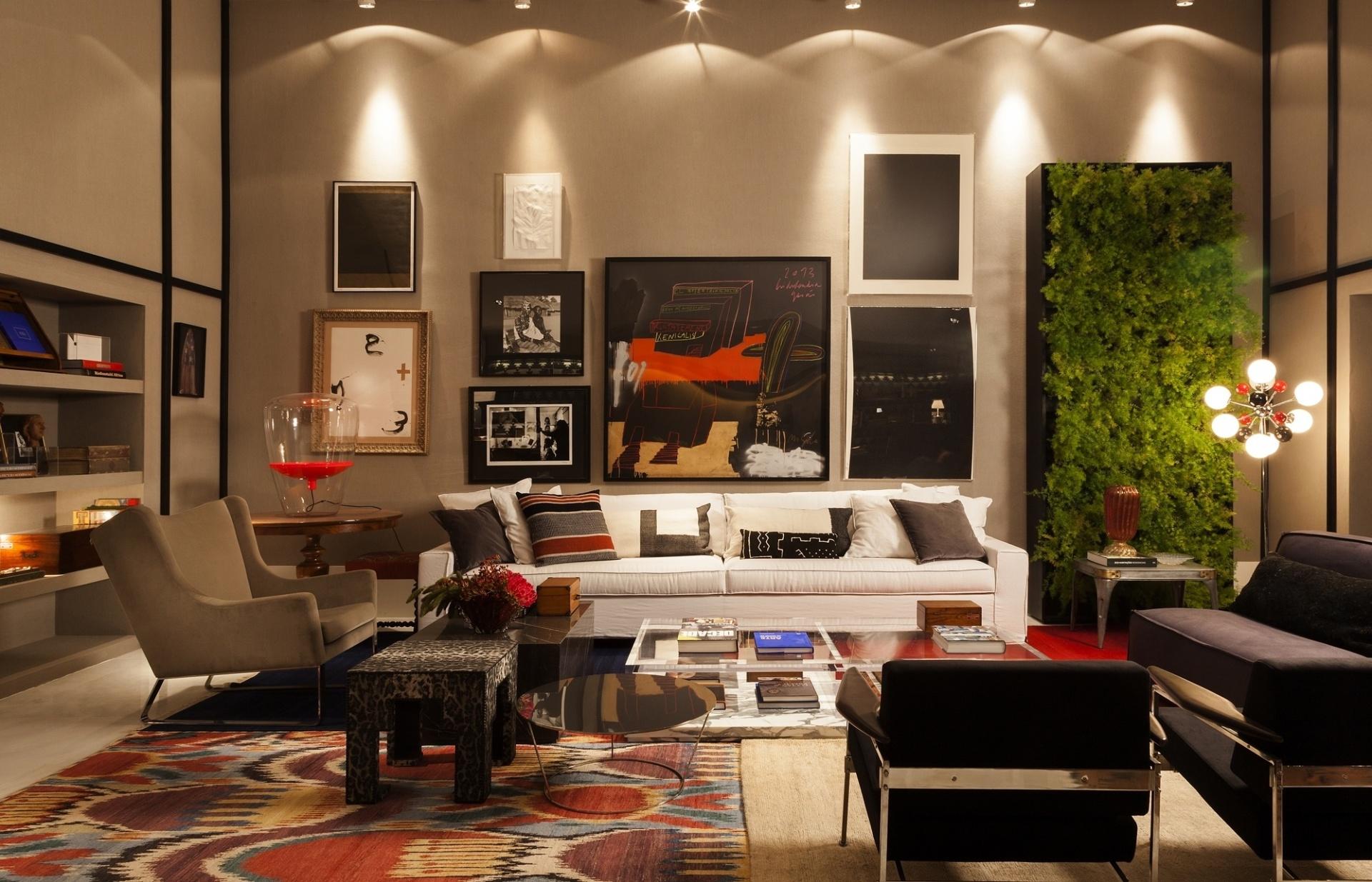 Pela primeira vez na mostra, a designer de interiores Paola Ribeiro assina o living do apartamento. O ambiente tem um jardim vertical e algumas obras de arte, com curadoria de Eduardo Machado do Gabinete D. A 27ª Casa Cor SP segue até dia 21 de julho de 2013, no Jockey Club de São Paulo