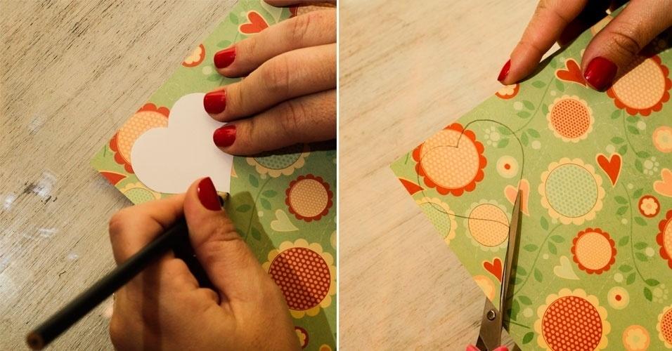 Posicione os moldes que estão prontos na folha decorada e desenhe 15 corações de 6 cm, 15 corações de 5 cm, 10 de 4 cm e 10 de 3 cm. Recorte-os um a um