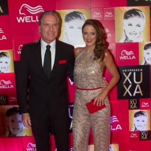 Roberto Justus e Ticiane Pinheiro posam juntos na festa de 50 anos de Xuxa em São Paulo