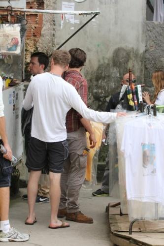 30.mai.2013 - Ator Bradley Cooper compra camiseta no Morro Dona Marta, no Rio de Janeiro