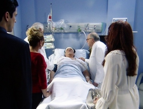 """30.mai.2013 - Em """"Amor À Vida"""", Atílio sobrevive ao atentado de Félix, mas perde a memória"""