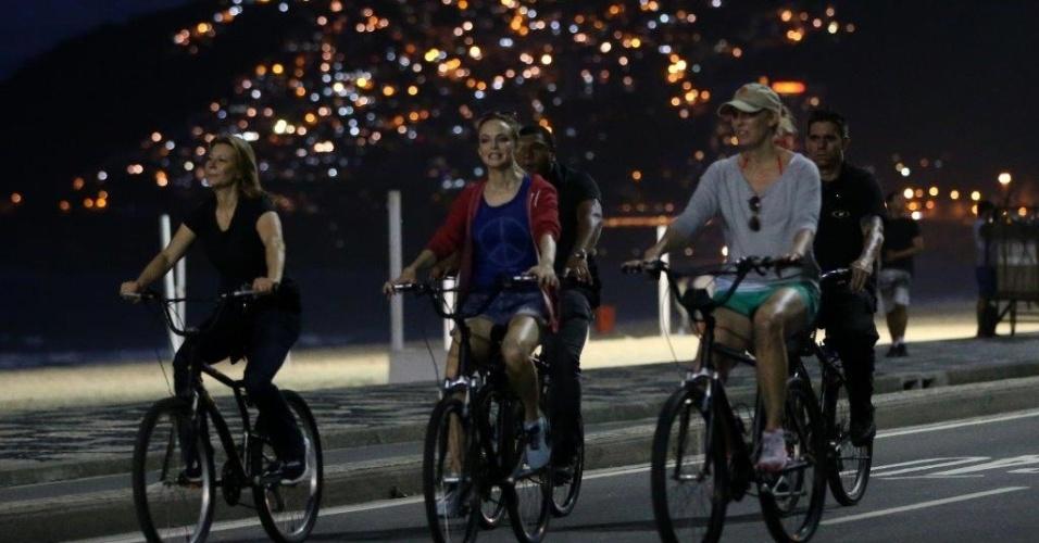 30.mai.2013 - Acompanhada de seguranças e amigos, a atriz Heather Graham anda de bicicleta pela Rio de Janeiro