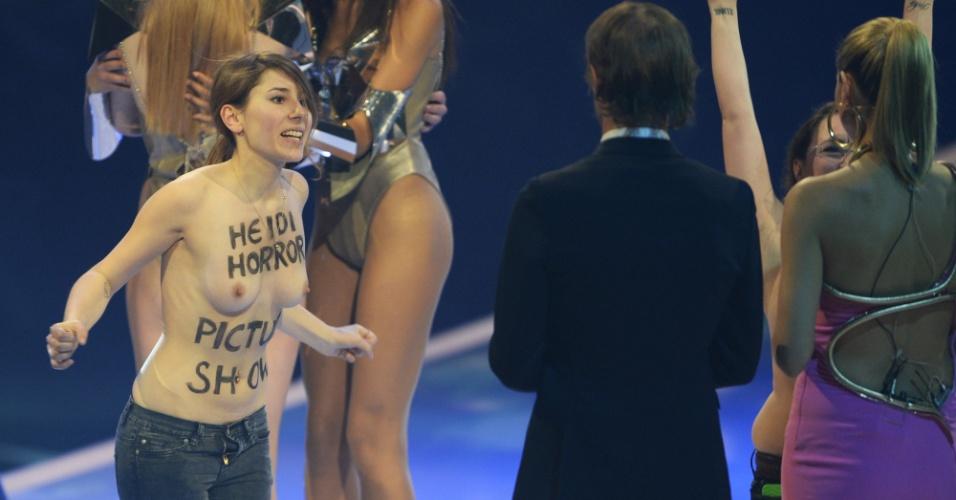 30.mai.2013 - Ativista do grupo Femen protesta de topless durante as gravações da final do reality show
