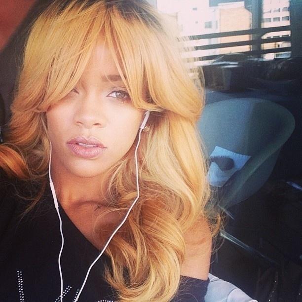 1.jun.2013 - Rihanna publica foto loiríssima