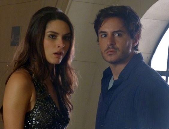 Leila e Thales são flagrados no teatro e acabam nas mãos de Félix