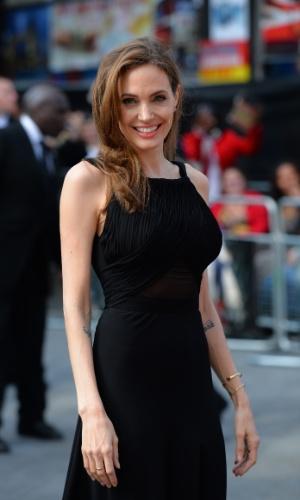 2.jun.2013 - Angelina Jolie acompanha Brad Pitt na pré-estreia de