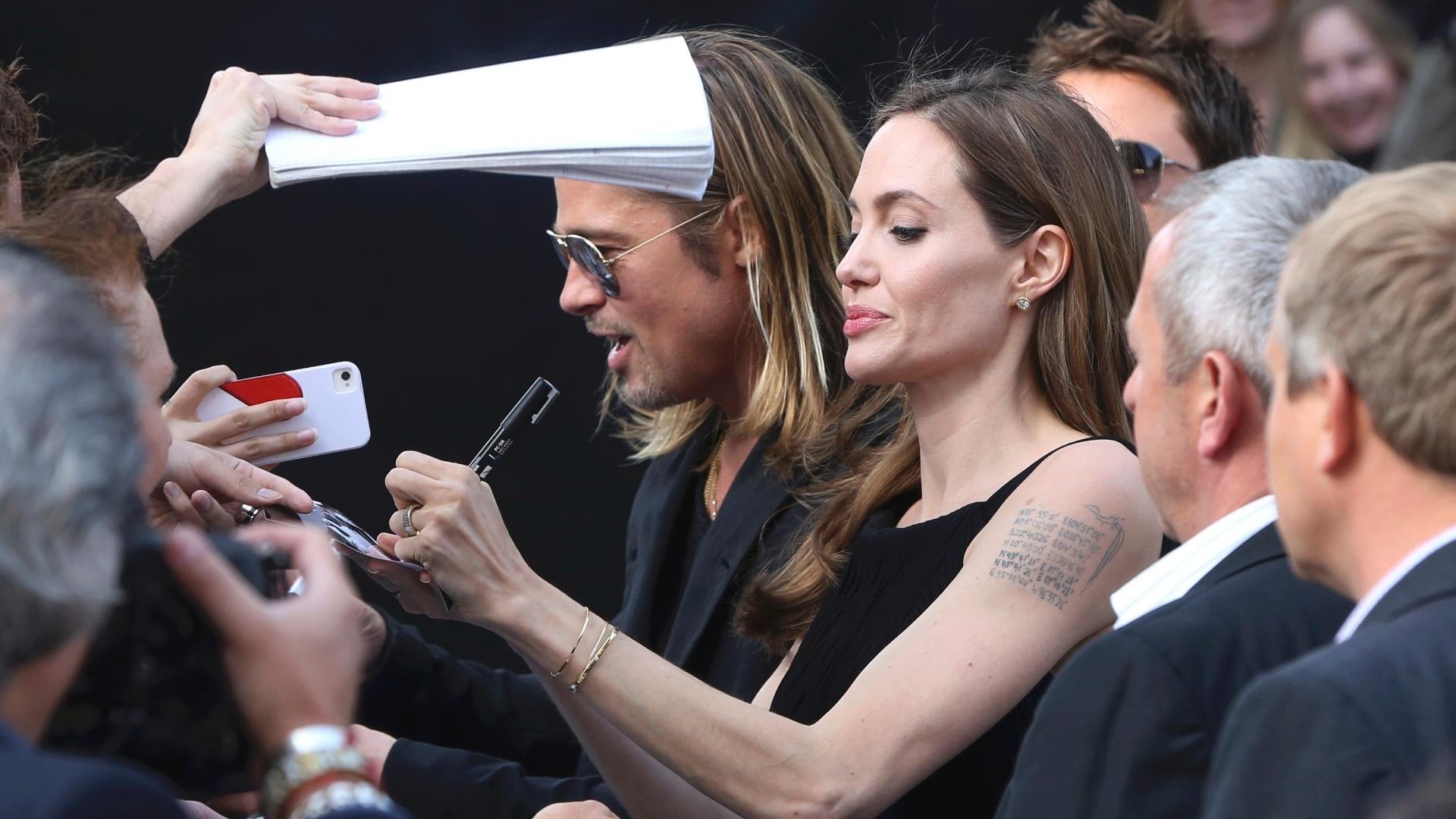 2.jun.2013 - Angelina Jolie distribui autóigrafos na pré-estreia do novo filme de Brad Pitt