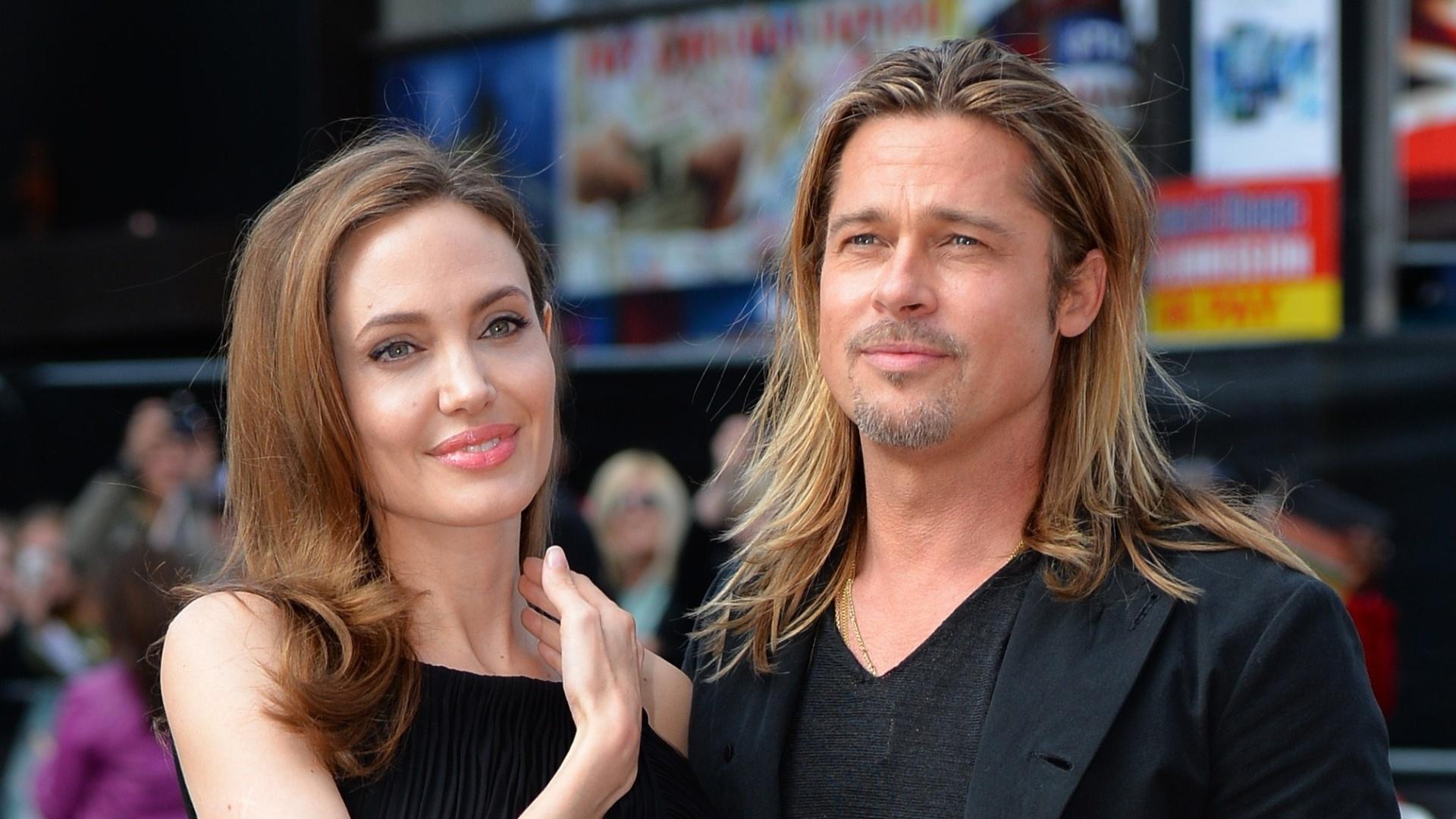 2.jun.2013 - Angelina Jolie posa para fotos com Brad Pitt na pré-estreia de