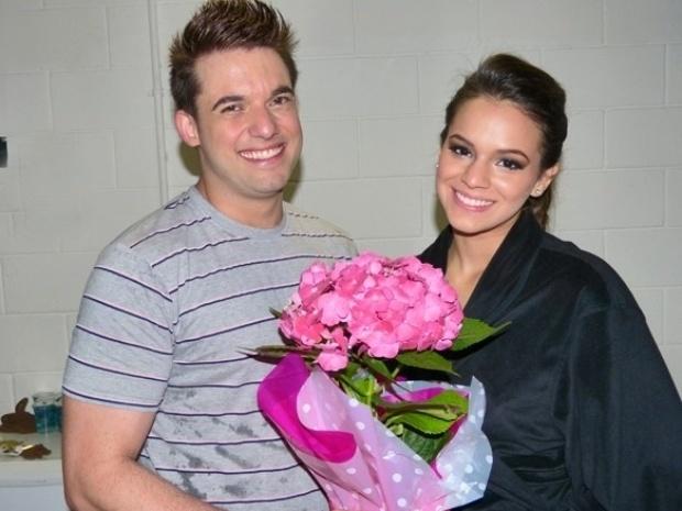 2.jun.2013 - Bruna Marquezine recebe flores de seu professor Átila Amaral antes do quadro
