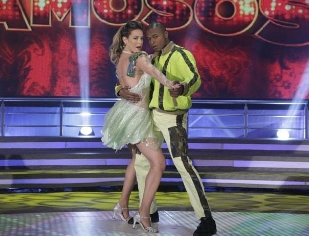 2.jun.2013 - Luana Piovani e Wagner Santos dançam