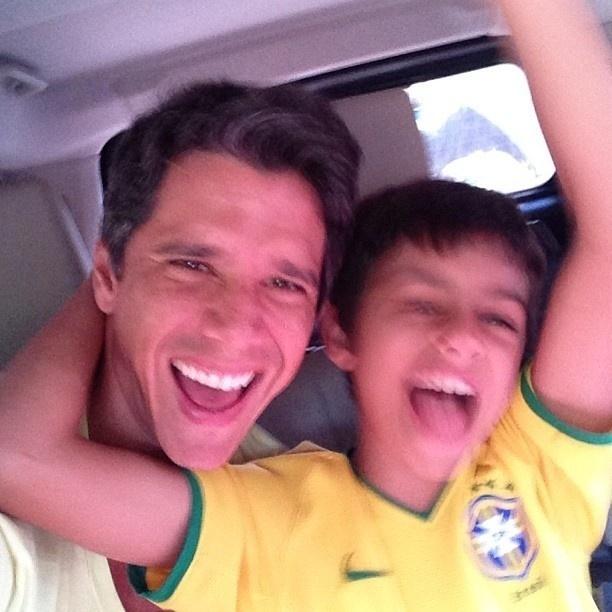 2.jun.2013 - Márcio Garcia publica foto a caminho do estádio do Maracanã com o filho. O estádio será reinaugurado neste domingo (2), com o amistoso entre Brasil x Inglaterra
