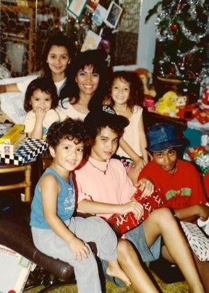 Bernadette e todos os seis filhos, Bruno Mars está com camiseta azul