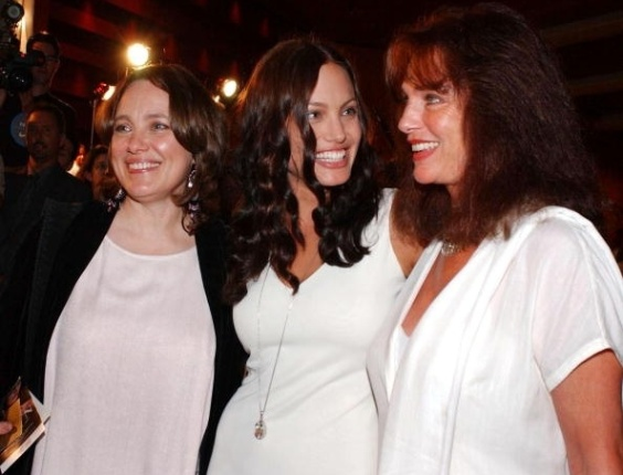31.jul.2001- Angelina Jolie e sua mãe, Marcheline Bertrand (à esq) e a atriz Jacqueline Bisset (à dir.)