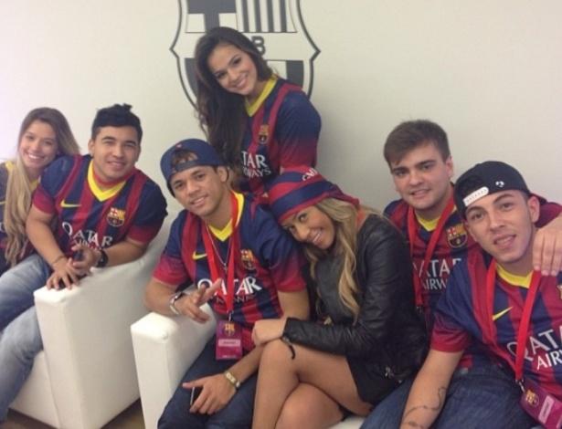 3.jun.2013 - Ao lado de amigos e familiares de Neymar, Bruna Marquezine aparece vestindo a camisa do Barcelona