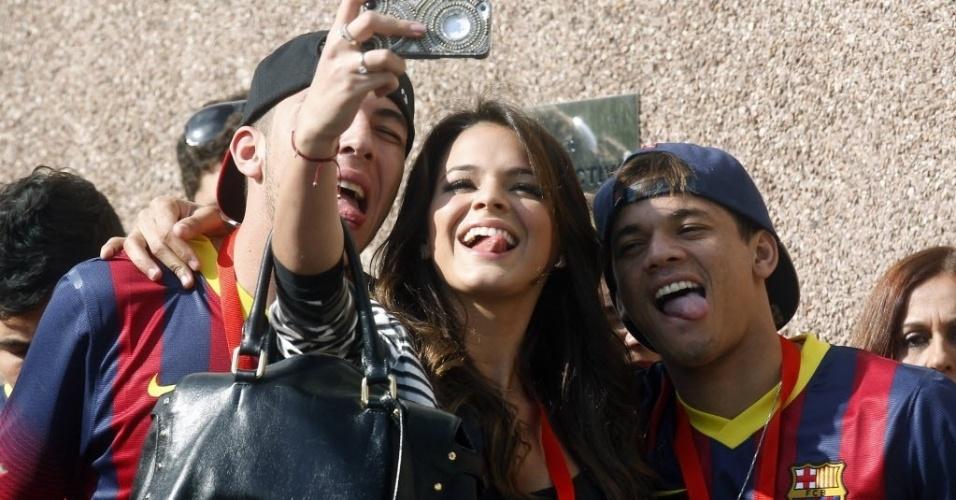 3.mai.2013 - Ao lado dos amigos de Neymar, atriz Bruna Marquezine posa para fotos mostrando a língua. Bruna acompanhou o namorado em viagem para Espanha, onde ele se apresentadou como jogador do Barcelona