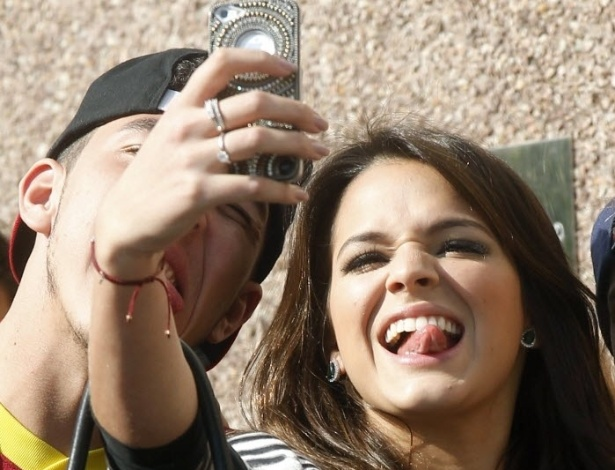 3.jun.2013 - Ao lado dos amigos de Neymar, atriz Bruna Marquezine posa para fotos mostrando a língua. Bruna acompanhou o namorado em viagem para Espanha, onde ele se apresentadou como jogador do Barcelona