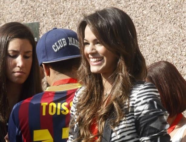 3.mai.2013 - Ao lado dos amigos e familiares de Neymar, atriz Bruna Marquezine acompanha o namorado em viagem para Espanha, onde ele se apresentadou como jogador do Barcelona