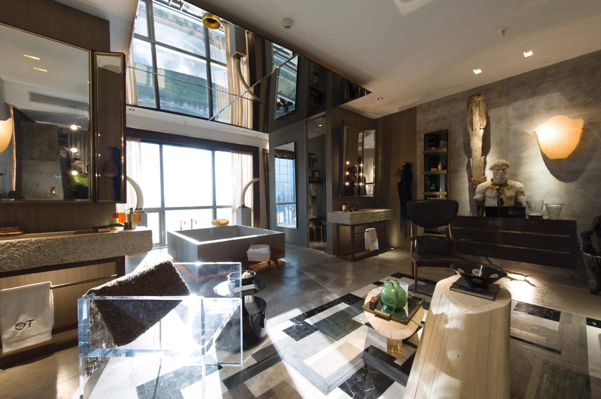 A Sala de Banho, de 61 m², assinada pelo alagoano Osvaldo Tenório, mistura espelhos, cores, materiais e texturas. A 3ª Mostra Black fica aberta à visitação até dia 9 de julho de 2013, nos cinco últimos andares da torre anexa ao shopping JK Iguatemi, em São Paulo