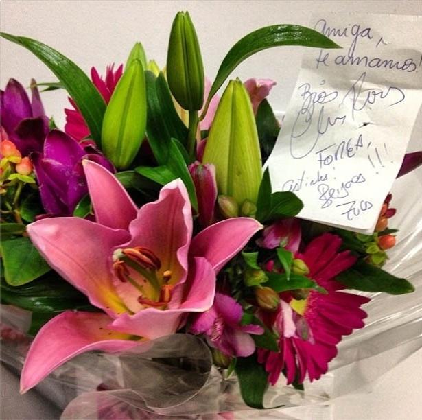 Após anunciar separação, Ticiane Pinheiro ganha flores dos amigos